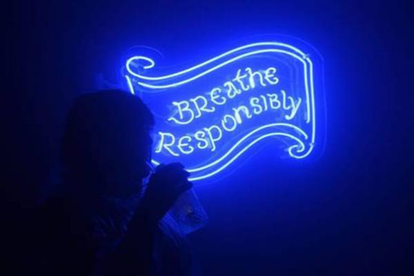 Вивіска Breathe Responsibly